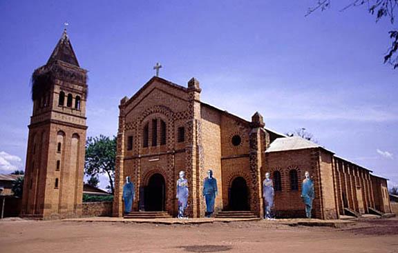 Eglise de Rwamagama, Rwanda, 2004.Les églises étaient des sites priviligiés des massacres class=